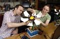 Programmierer Christopher Bartley und wissenschaftliche Mitarbeiterin Emily Hamner mit dem Roboter 'TeRK Flower'