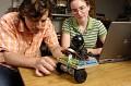 Student Tom Lauwers und Emily Hamner mit 'Qwerkbot'