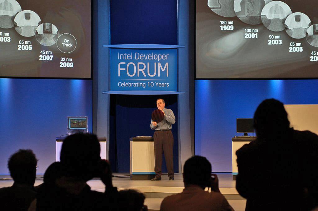 IDF: Intel zeigt erste 32-Nanometer-Chips - Paul Otellini zeigt 300mm-Wafer mit 32-Nanometer-Chips
