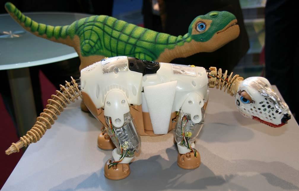 Interview: Roboter-Dino Pleo kommt nach Deutschland - Pleo - einmal mit und einmal ohne Haut