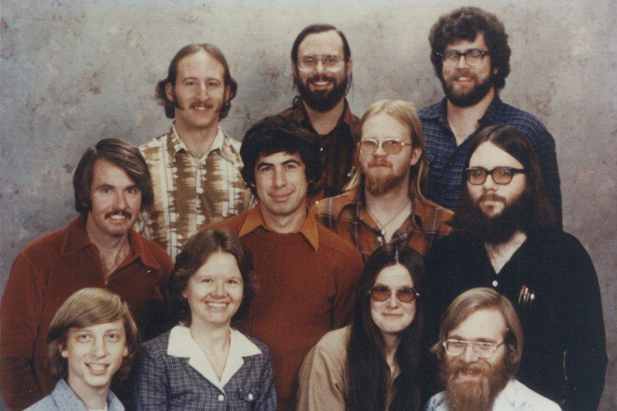 "Bill Gates' letzter Arbeitstag - Die ""Albuquerque Gruppe"" 1978: Steve Wood (hinten links), Bob Wallace, Jim Lane, Bob O' Rear (mittlere Reihe links), Bob Greenberg, Marc McDonald, Gordon Letwin, Bill Gates (vorn links), Andrea Lewis, Marla Wood, Paul Allen."