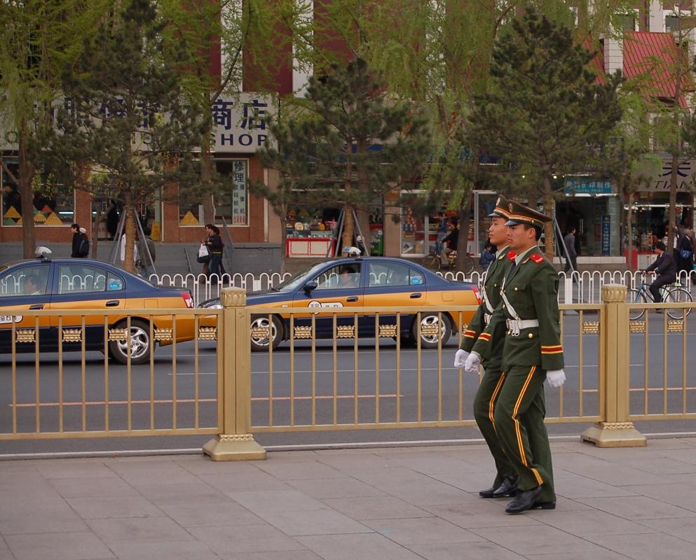 Pekings Taxis sind abhörbar - Unter Aufsicht: Taxis am Platz vor dem Tor des Himmlischen Friedens in Peking