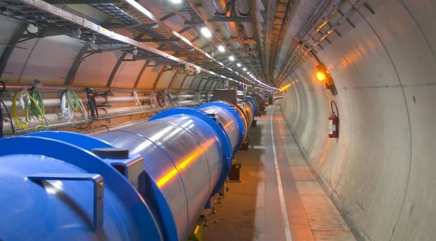 Supraleitende Magnete im Tunnel. Die Magnete krümmen den Teilchenstrahl (Foto: CERN)