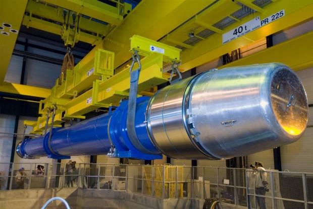 Ein Magnet vor dem Einbau (Foto: CERN)