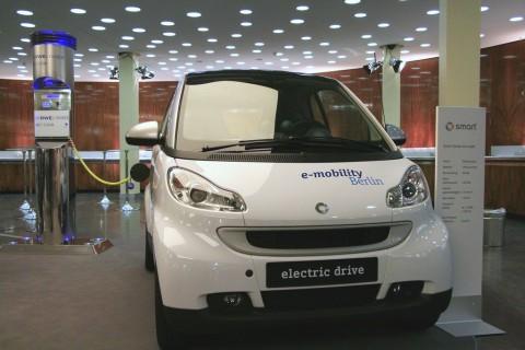 Elektro-Smart mit Ladesäule (Foto: wp)