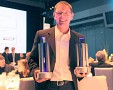 André Blechschmidt, einer der Chefs von Radon Labs, mit den beiden Trophäen für Drakensang