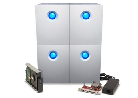 4 x 4 Festplatten mit RAID-Controller und einer Ersatzfestplatte.