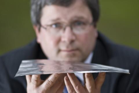 Dr. Duncan Billson von Warwick Audio Technologies mit 'Flat Flexible Loudspeaker' (FFL)