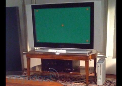 """Der weiße Kasten unter dem TV-Gerät KÖNNTE ein """"Xbox Fluid"""" sein."""