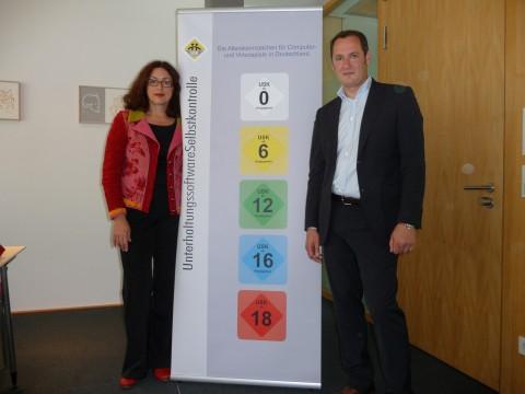 Monika Griefahn (Mitglied des Bundestags) und Olaf Wolters (USK) stellen die neuen Logos vor.