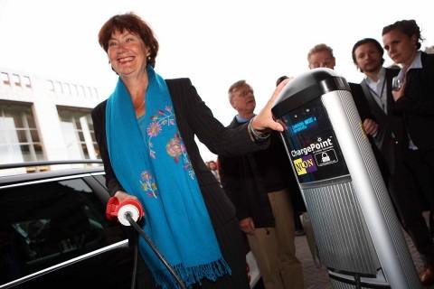 Umweltsenatorin Marijke Vos weiht Amsterdams erste Stromtankstelle ein (Foto: 365 Energy)