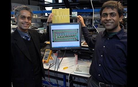 Rahul Sarpeshkar (links) und Soumyajit Mandal demonstrieren den von ihnen entwickelten Funkchip. (Foto: MIT/Donna Coveney)