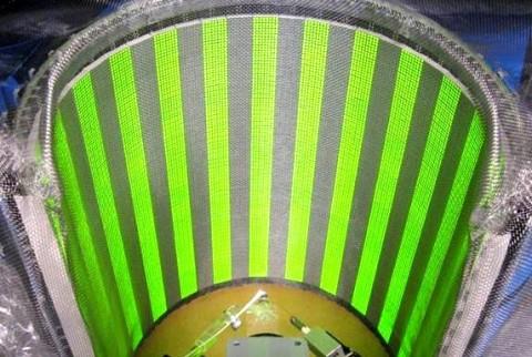 Ein Flugsimulator für Fliegen: An einem dünnen Arm befestigte Fliegen erhalten durch einen  halbrunden LED-Schirm Bewegungseindrücke. Elektroden zeichnen die Reaktion ihrer Gehirnzellen auf. (Foto: MPI Neurobiologie)