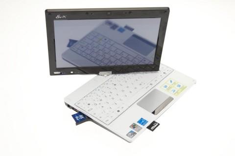 Der Touchscreen spiegelt: Fingerabdrücke stören ab und an. Die Tastatur ist für Vielschreiber zu klein.