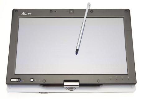 Asus Eee PC T91 und der Stift. Für die Displayrotation muss der Knopf neben dem Ein- und Ausschalter mindestens drei Sekunden lang gedrückt werden.