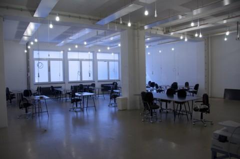 Noch im Aufbau: Im Erdgeschoss ist der mittlerweile geöffnete Platz für flexible Schreibtische.