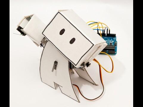 Gute Laune: der Guardian Robot in Jubelpose mit erhobener Hand (Foto: Ken Lim)