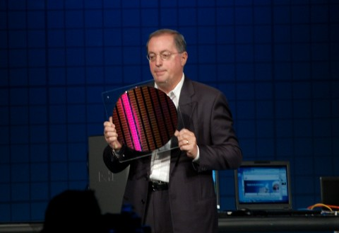 Paul Otellini zeigt Wafer mit 22-Nanometer-Chips.