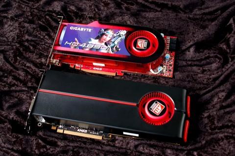 Die Radeon HD 5870 (unten) ist deutlich länger als die 4890.