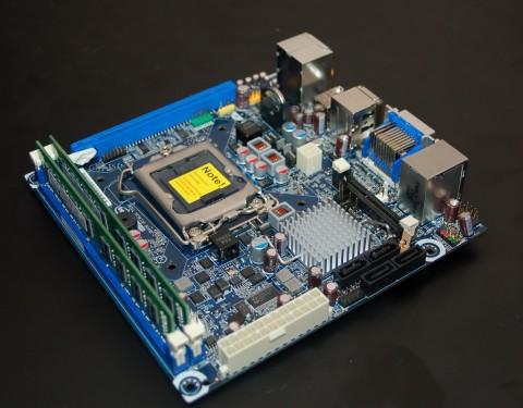 Mini-ITX-Board für Clarkdale, hinten in Blau der PCIe-x16-Slot
