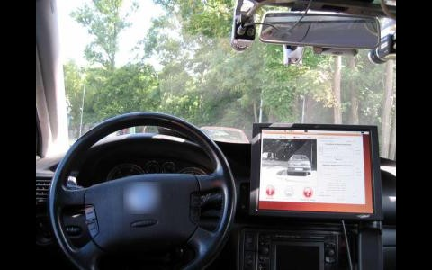 Das Fahrassistenzsystem Drivsco im Auto (Foto: Universität Granada)