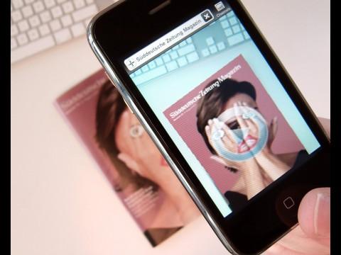 Richtet der Nutzer sein Smartphone auf das Heft, nimmt Sandra Maischberger die Hände vom Gesicht (Foto: Metaio)
