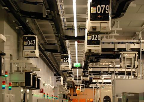 Das Transportsystem, in den Vehikeln mit Nummern stecken die Wafer
