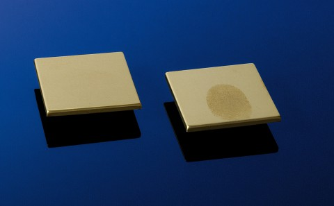 Vergleich: Eine Oberfläche mit der Nanobeschichtung und eine ohne (Foto: FraunhoferIFAM)