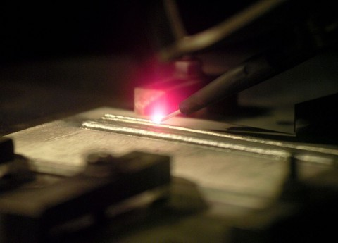 Ein Elektronenstrahl schmilzt das Metall. (Foto: Nasa)