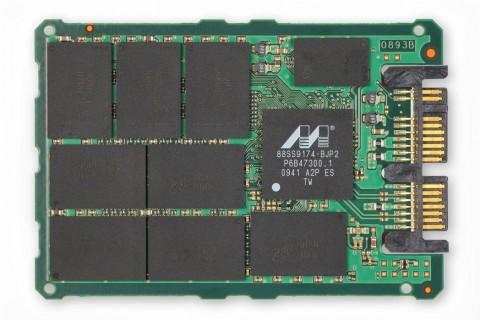 Micron RealSSD C300 (2,5 Zoll), rechts der Marvell-Controller