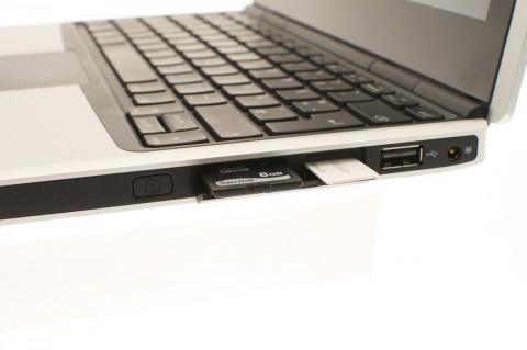SIM-Karten und SD-Karten werden hinter einer Klappe versteckt.