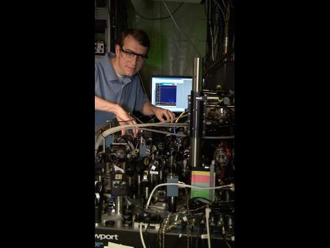 David Hanneke am Lasertisch, auf dem der universelle Quantenprozessor demonstriert wurde.
