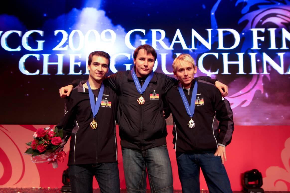World Cyber Games: Deutschland holt drei Medaillen - Siegertreppchen Fifa 09: Links Joshua Begehr, rechts Daniel Schellhase