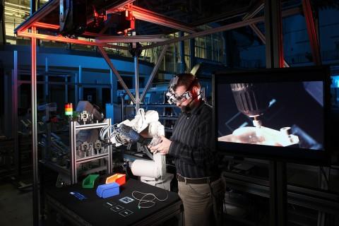 Der Arbeitsplatz der Zukunft: Mensch und Roboter arbeiten zusammen. (Foto: CoTeSys/Kurt Fuchs)