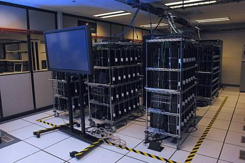 Verbund aus 336 Playstation 3 bei Airforce-Forschern (Foto: Mark Barnell / Mayer@wpafb.af.mil)