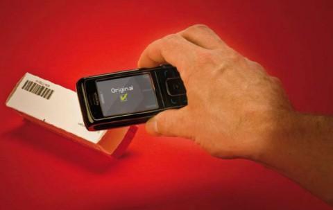 Medikamente können mit dem Mobiltelefon überprüft werden. (Foto: Christian Lampe / Fraunhofer IPM)