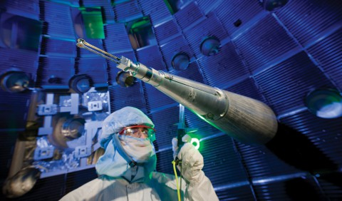 Ein NIF-Techniker prüft den Positionierer des Zielobjekts. Er sorgt dafür, dass dieses exakt in der Mitte der Kammer sitzt.