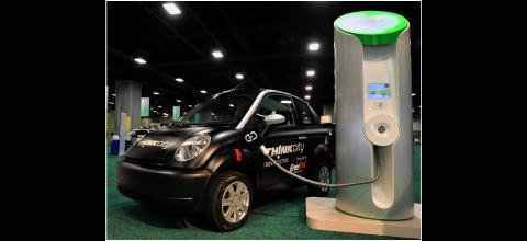 Elektroauto Think City mit  Schnellladesäule von Aerovironment (Foto: Think)