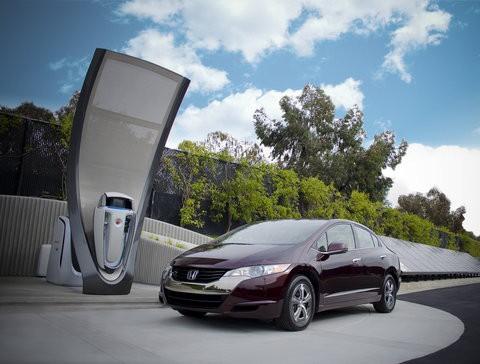 Die Wasserstofftankstelle auf dem Firmengelände in Los Angeles, davor Hondas Brennstoffzellenauto FCX Clarity (Foto: Honda)
