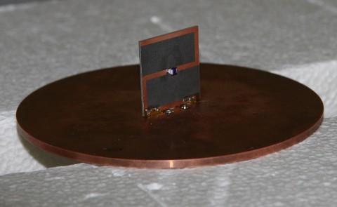 Die Z-förmige Struktur macht die Antenne besonders leistungsfähig. (Foto: C. Holloway/NIST)