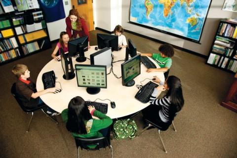 Ein Rechner, sie alle zu lehren: Microsofts Multipoint Server 2010 braucht nur Monitore, Tastaturen und Mäuse  - und schon können bis zu zehn Arbeitsplätze aufgebaut werden.