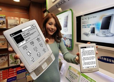 Der E-Book-Reader E6 verfügt über ein ausziehbares Bedienfeld (Foto: Samsung)