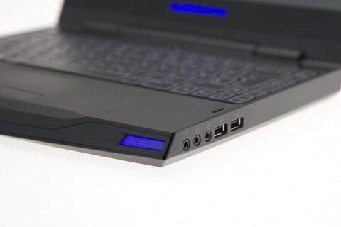Rechts gibt es zwei Kopfhörerausgänge, einen Mikrofoneingang und zwei USB-Buchsen. Hinter dem leuchtenden blauen Teil vorn versteckt sich einer der zwei Lautsprecher, die allerdings nach unten hin abstrahlen.
