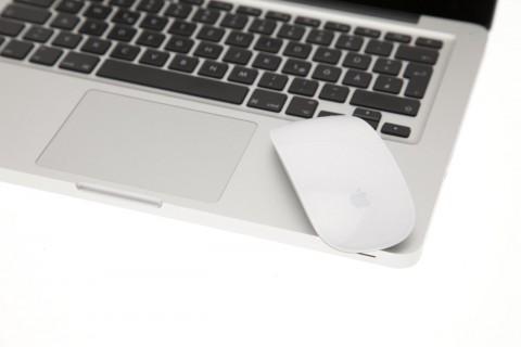Zwei Multitouch-Eingabegeräte von Apple: das Glastrackpad aktueller Macbooks und die Magic Mouse.