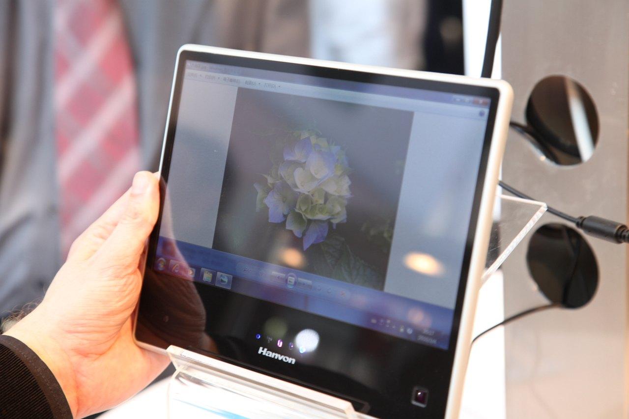 Hanvon zeigt iPad-Konkurrent mit Windows 7 - Auch das Atom-Tablet spiegelt stark...