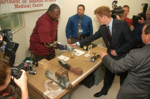Ein US-Veteran präsentiert Prinz Harry die Funktionsweise des Deka-Arms. (Foto: Darpa)