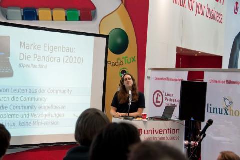 Michael 'EvilDragon' Mrozek präsentierte Open Pandora im Linux-Vortragsprogramm der Cebit 2010