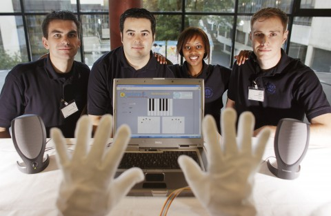 Die Entwickler und ihre Musikhandschuhe (Foto: Hannibal Hanschke)