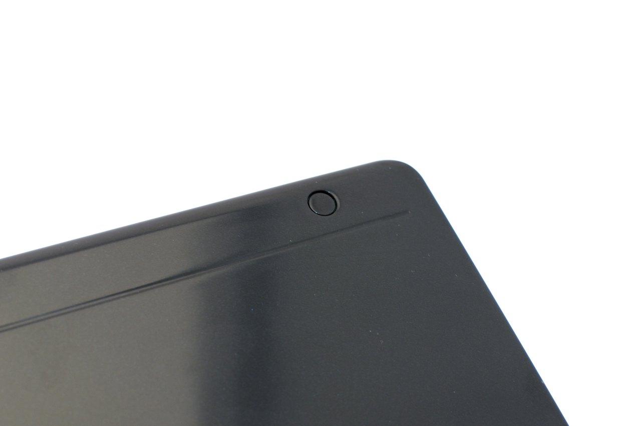 Aspire 1825PTZ im Test: Acers Einstiegstablet mit wegdrehbarer Tastatur - Rechts oben ist eine Einbuchtung mit einem Magnet, ...