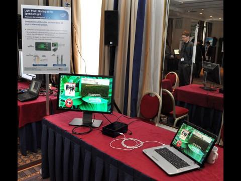 Monitor und Webcam laufen über das weiße optische Kabel.
